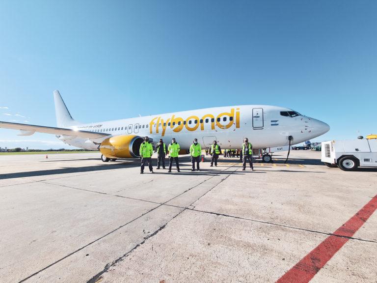 Flybondi continúa con su plan de inversión en el país y trae un nuevo avión para su flota